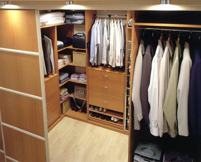 Мужские рубашки на вешалке в гардеробной