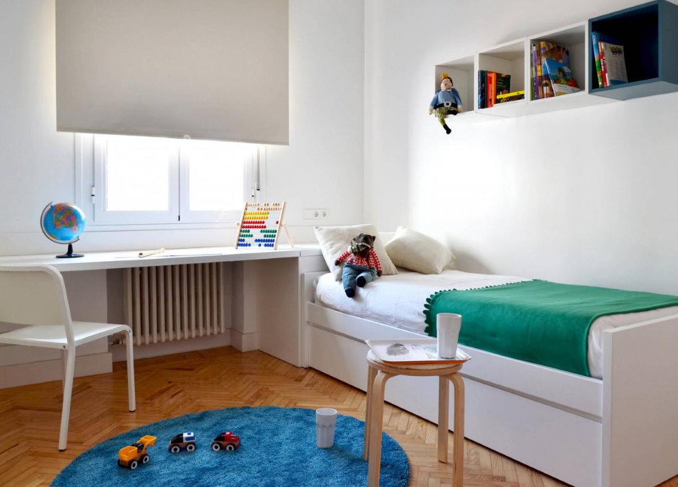 Рулонная штора на окне небольшой детской комнаты