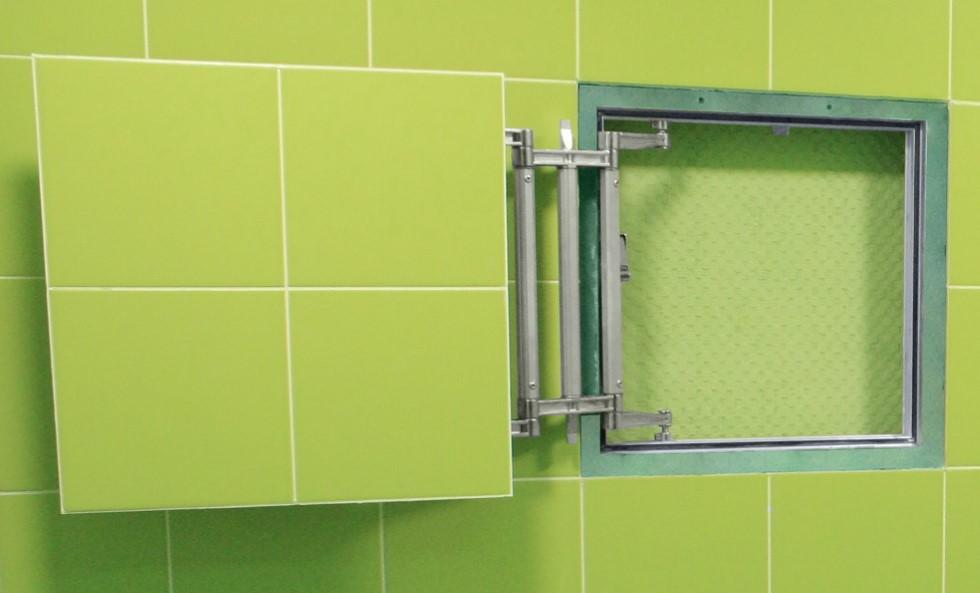Салатовая плитка на дверце ревизионного люка