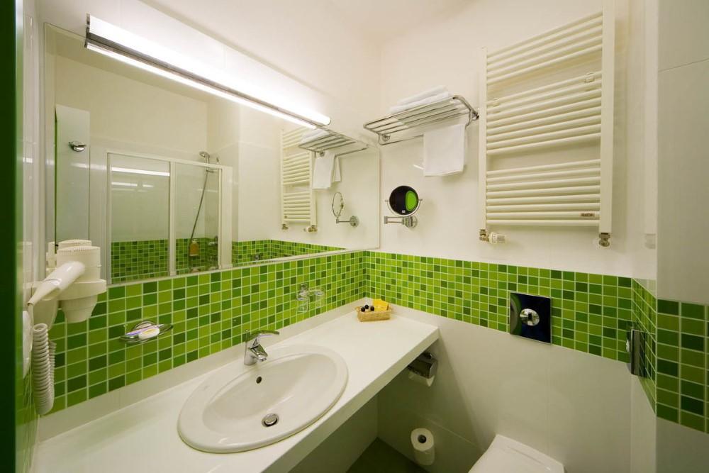 Зеленая плитка в ванной с белым потолком