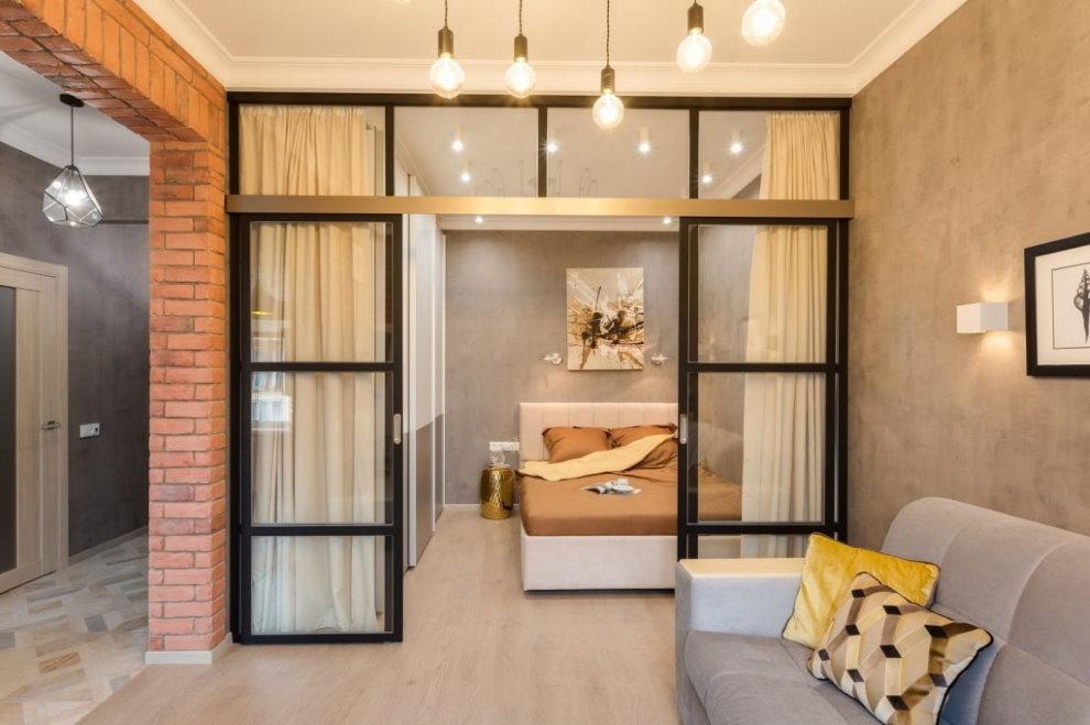 Раздвижная перегородка между спальной и гостиной зонами