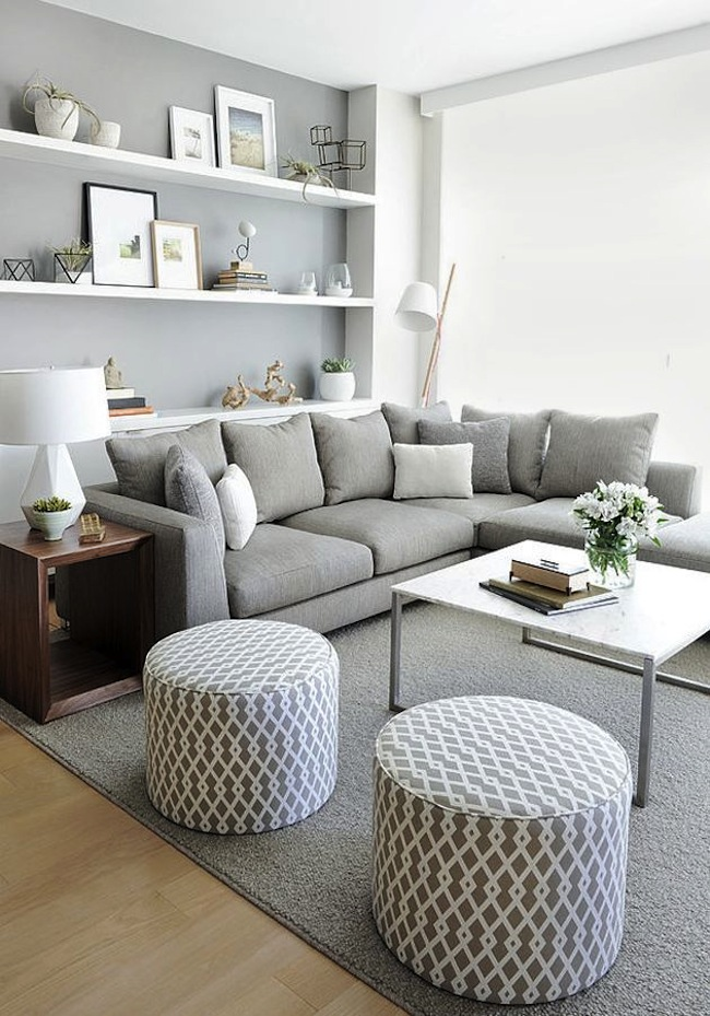 Интерьер небольшой гостиной в серо-белой палитре