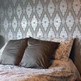 серые обои в спальне варианты