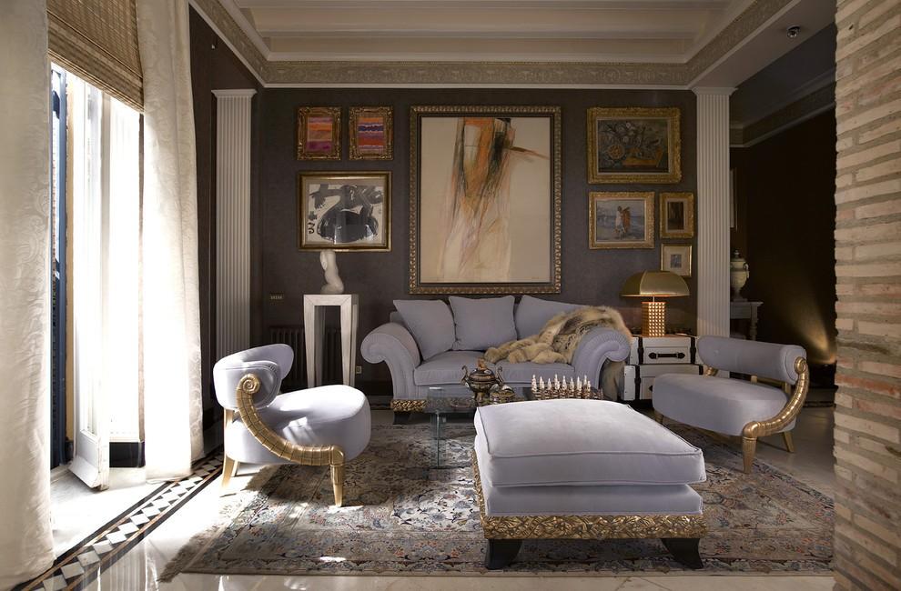 Позолоченный декор мягкой мебели в гостиной