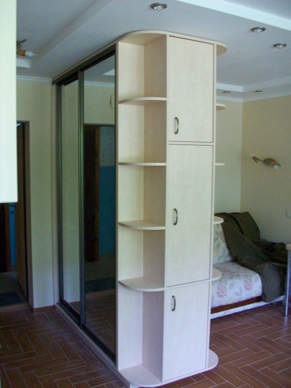 Шкаф-купе двухстороннего типа в гостиной хрущевки