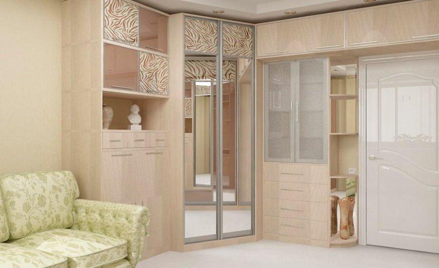 Трапециевидный шкаф-купе в зале двушки