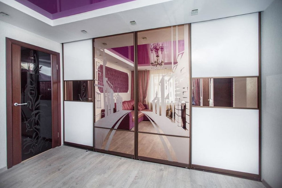 Зеркальные дверцы шкафа-купе в зале квартиры