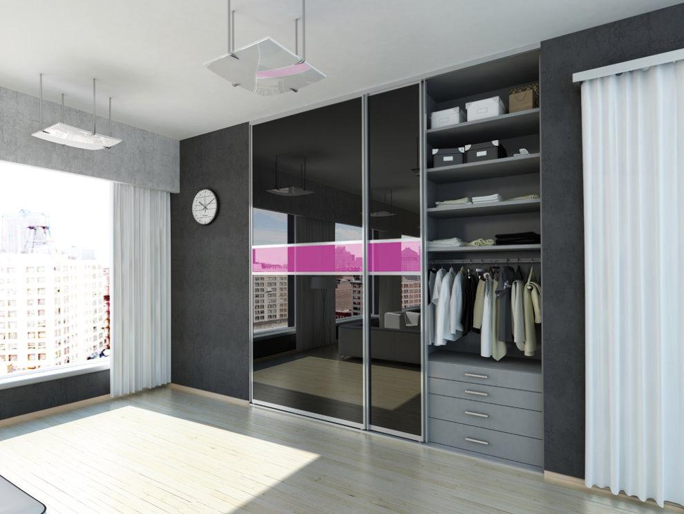 Открытая секция с одеждой в шкафу-купе