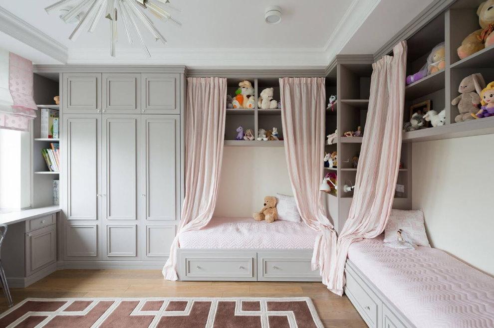 Угловое расположение кроватей в спальне двух девочек