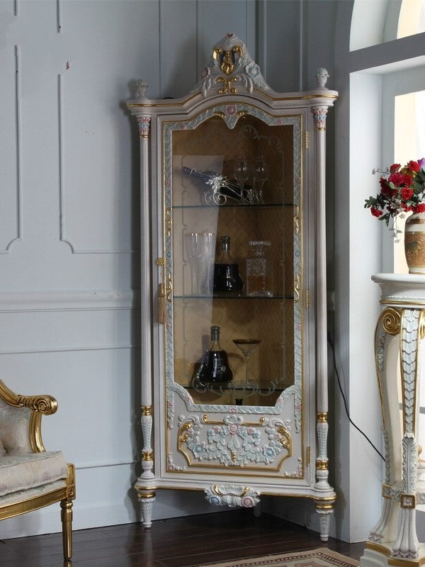 Угловой шкаф с резьбой для посуды и декораций