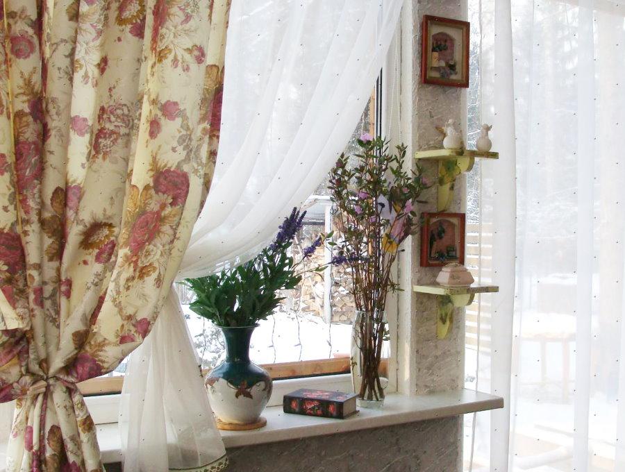 Цветочный принт на занавеске в стиле прованс