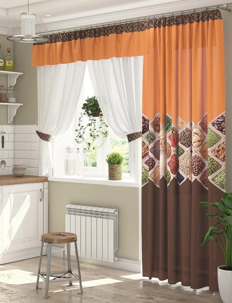 Шторы разной длины на окне с балконом