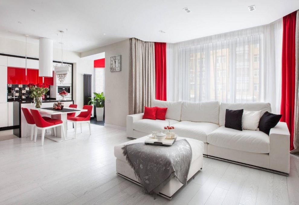 Красны акценты в интерьере белой гостиной
