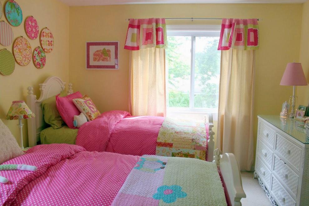 Светлые шторы в спальне для двух девочек