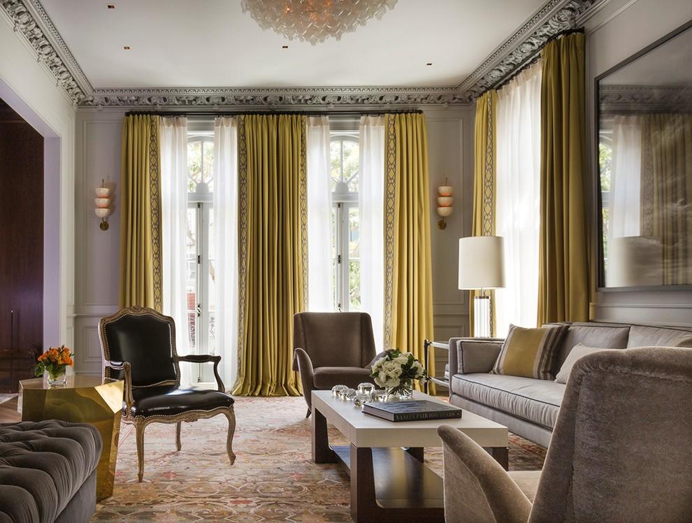 Золотистые шторы из дорогой ткани в гостиной
