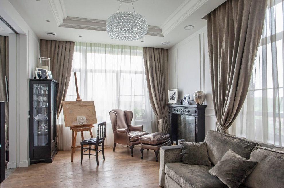 Мольберт художника в гостиной неоклассического стиля