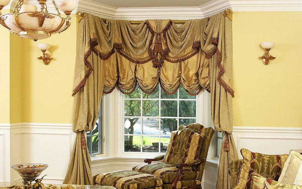 Красивые шторы с ламбрекеном на окне небольшого эркера