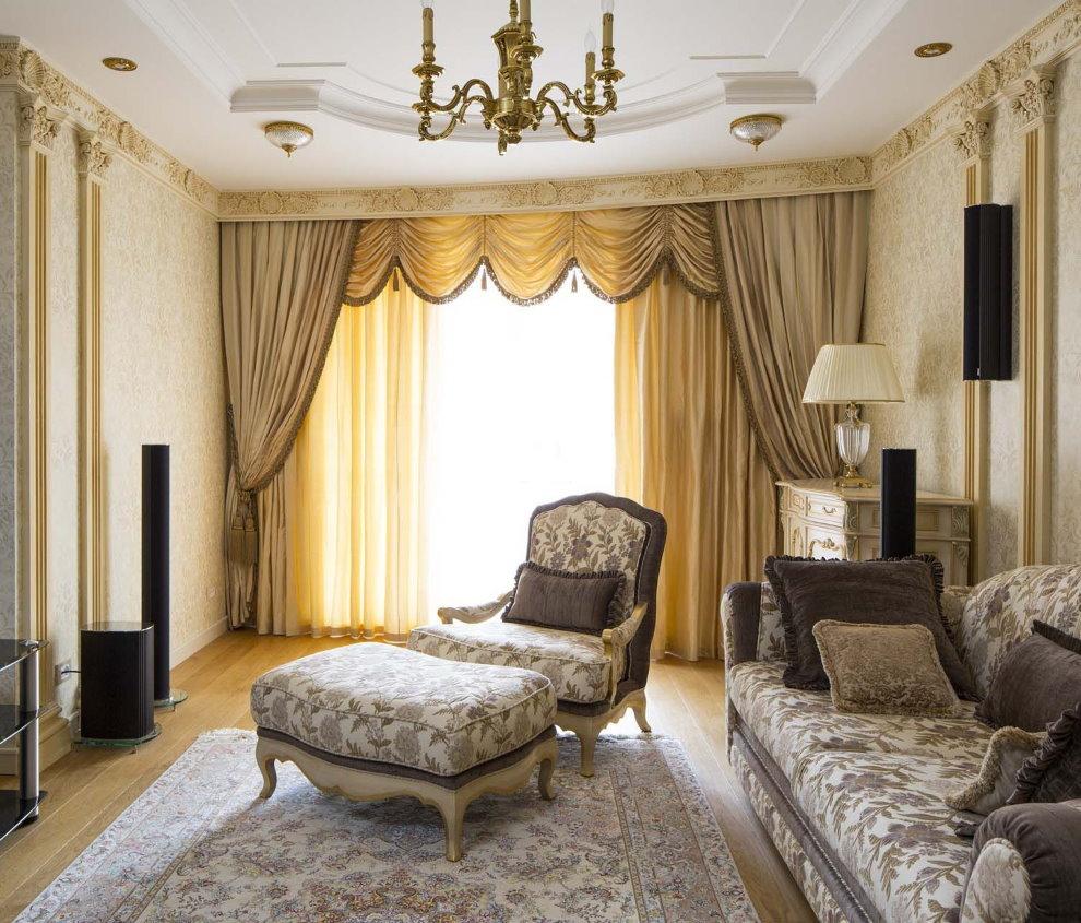 Декор окна гостиной в неоклассическом стиле