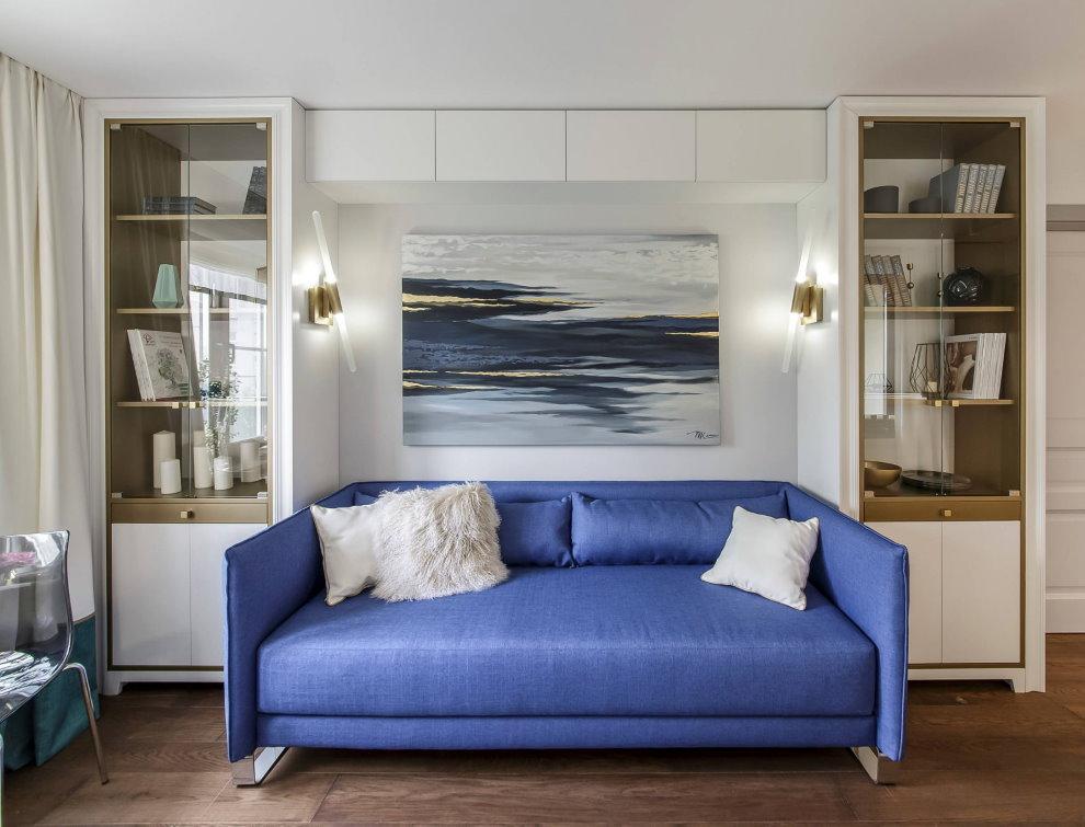 Синий диван в гостиной однокомнатной квартиры