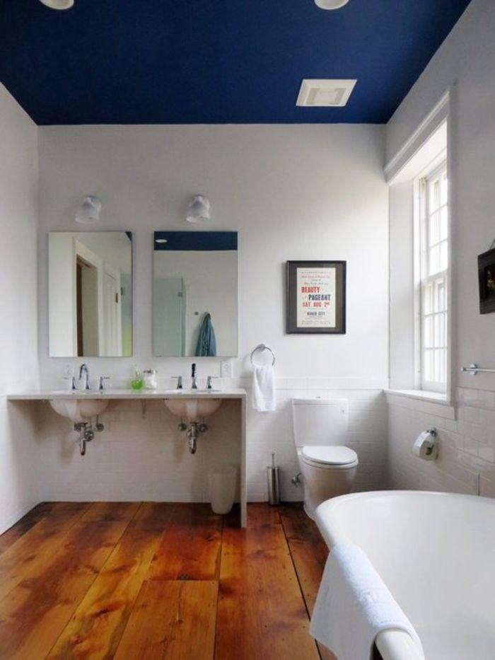 Синий потолок в ванной с окном