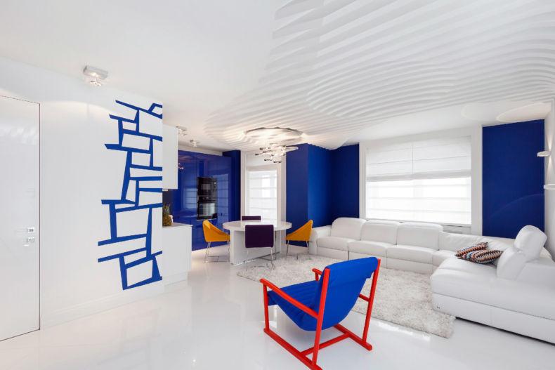 Акценты синего цвета в белом зале частного дома