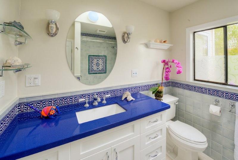 Акриловая столешница синего цвета в ванной с окном