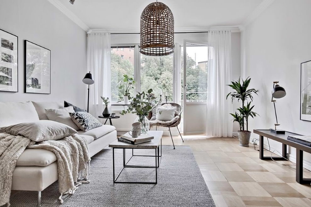 Легкие белые занавески на окне гостиной с балконом