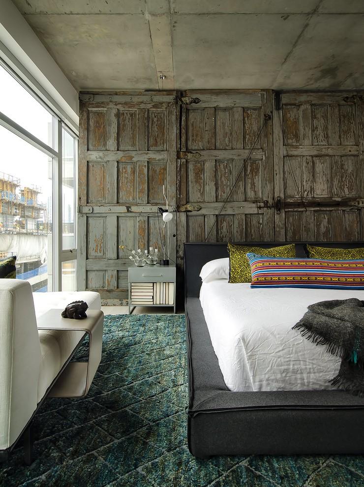 Перегородка из старых деревянных дверей в спальной комнате