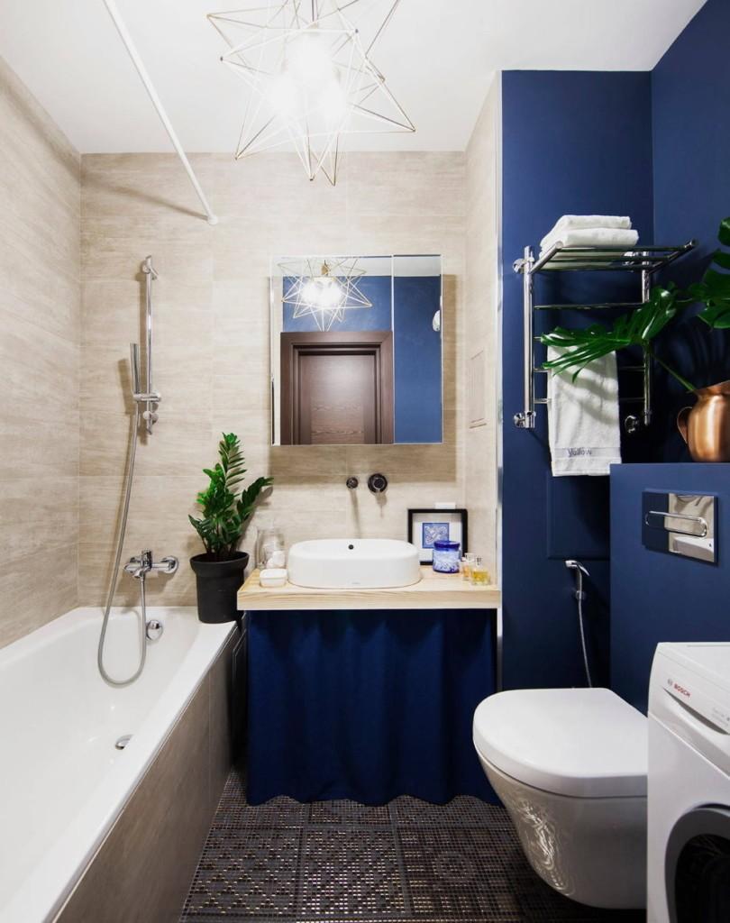 Синие стены в совмещенной ванной комнате