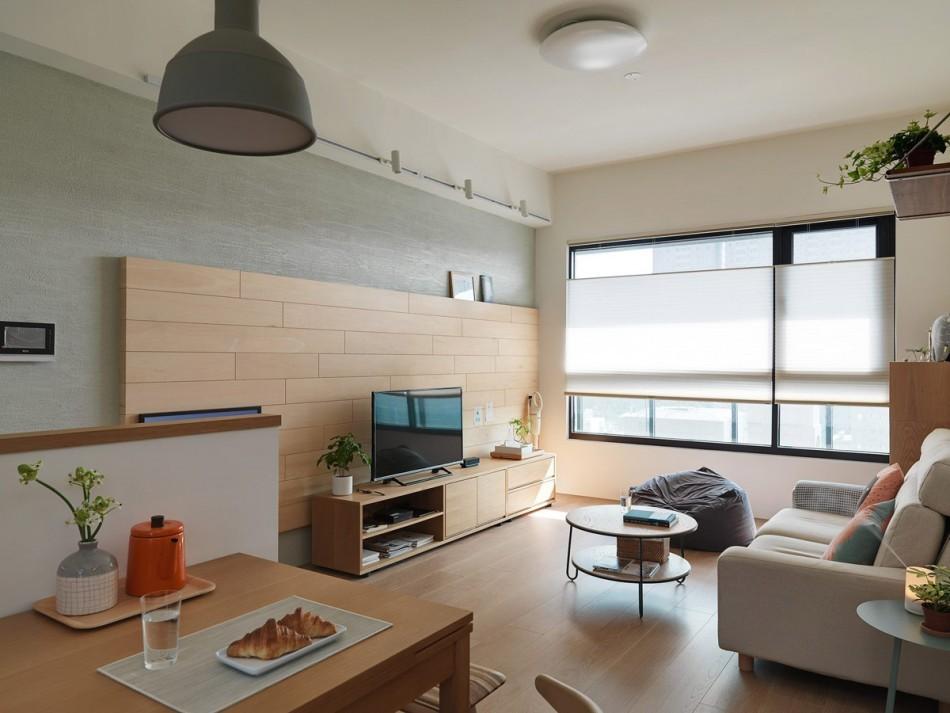 Рулонные шторы на окне современной квартиры
