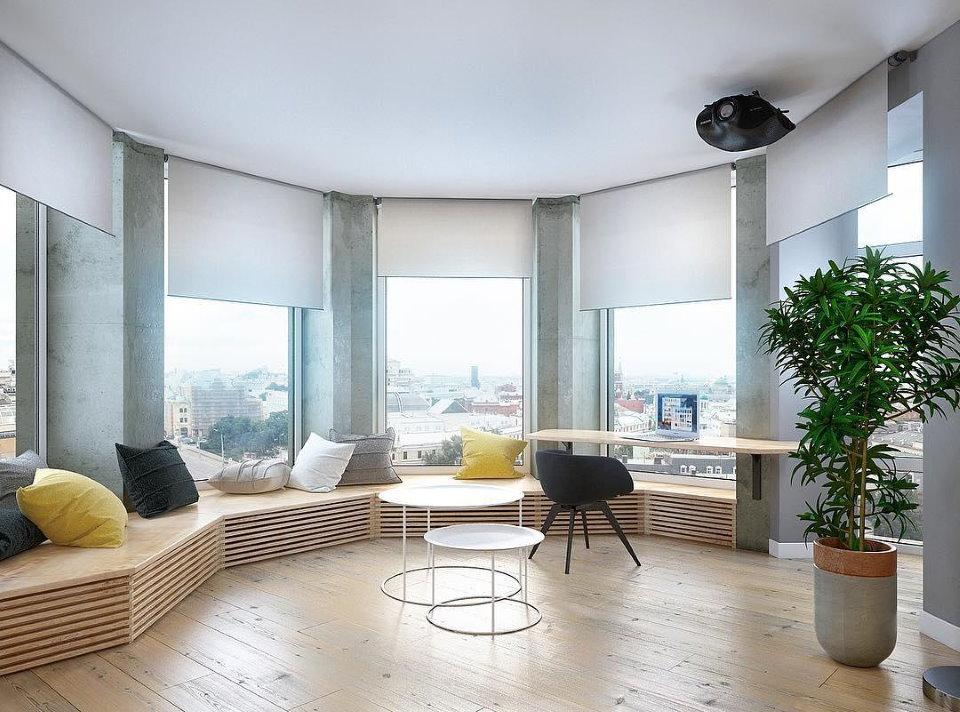 Рулонные шторы на окнах эркера в современной квартире