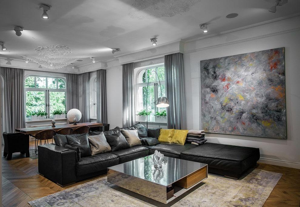 Кожаный диван в зале современного дома