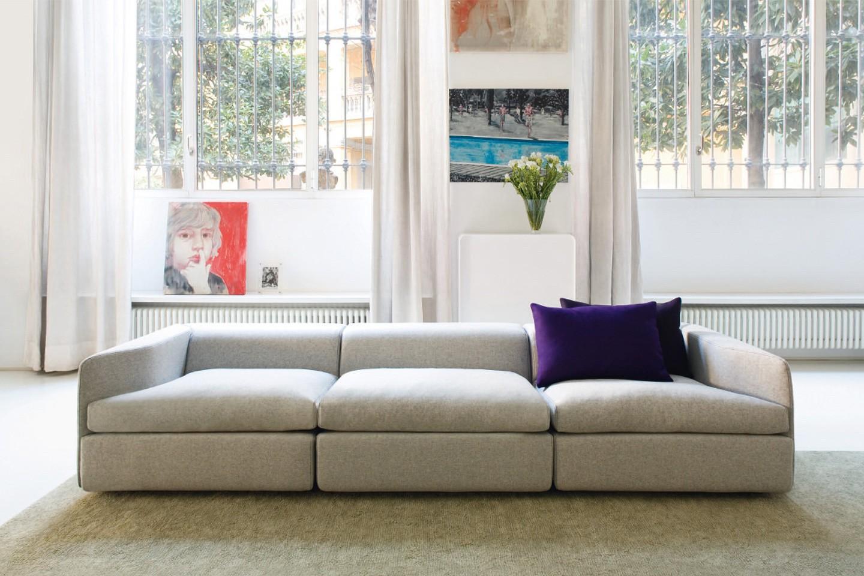 низкий диван в гостиной