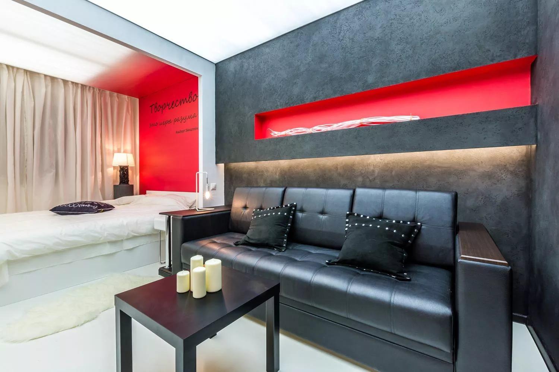спальная комната с диваном зонирование