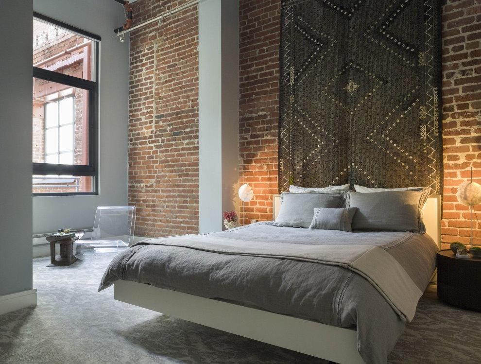 Кирпичная кладка в спальне двухкомнатной квартиры