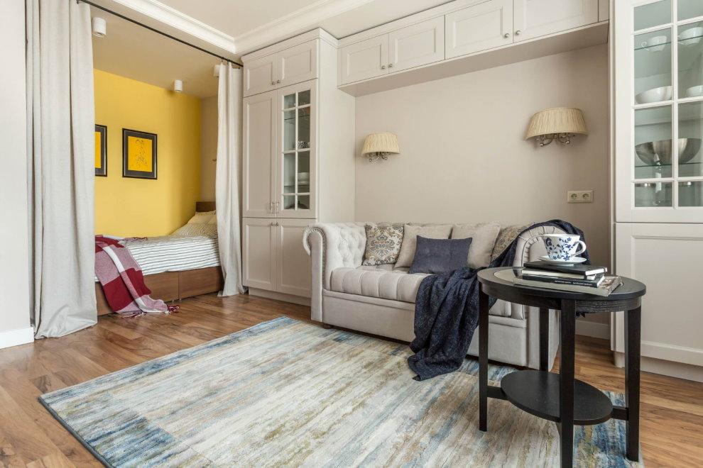 Желтая ниша с кроватью в квартире площадью 38 кв метров