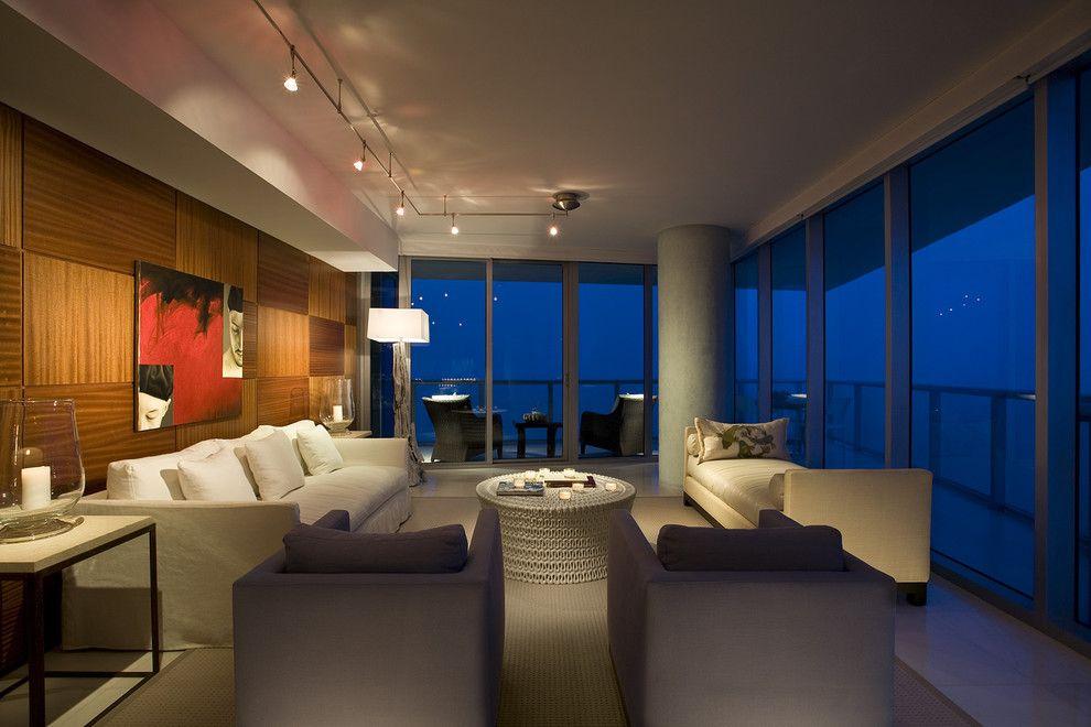 Споты на потолке гостиной с панорамным остеклением