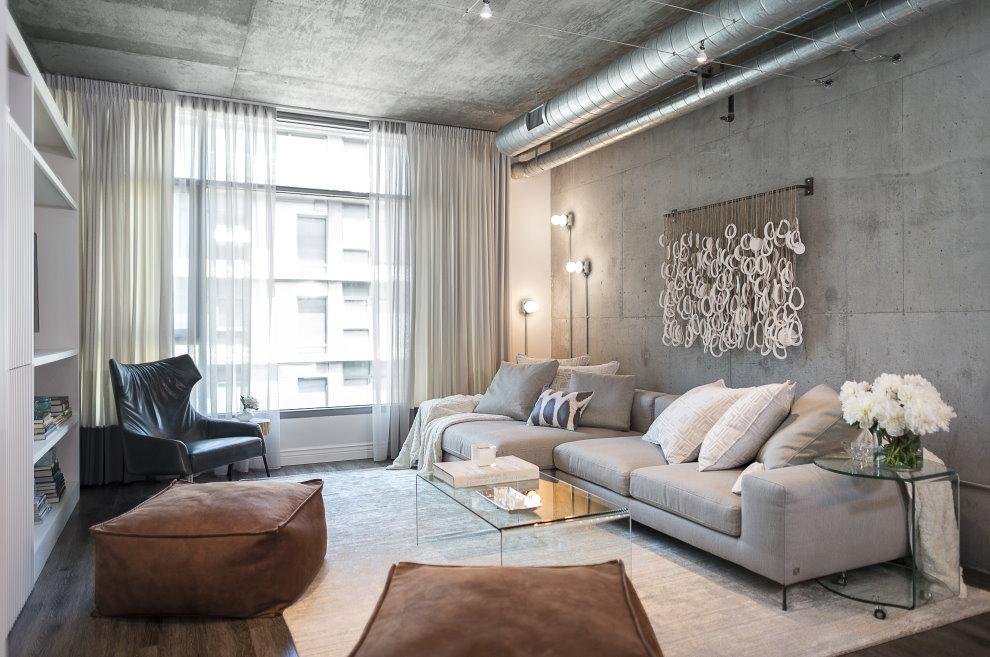 Светлые занавески в гостиной с бетонным потолком