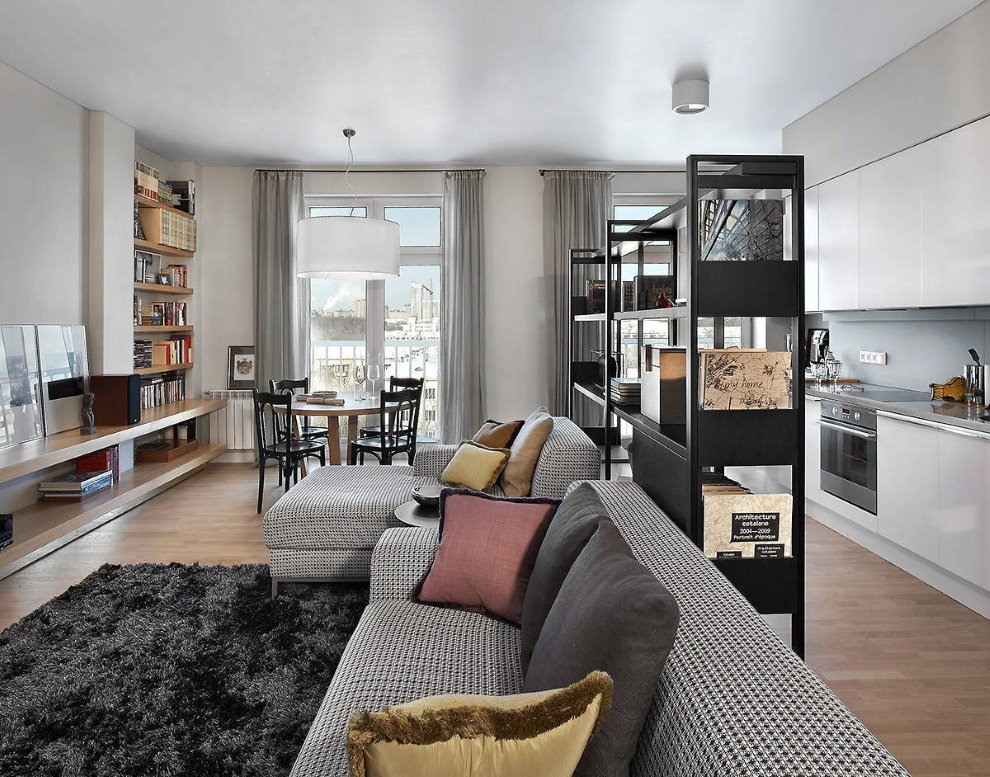 Черный стеллаж в однокомнатной квартире-студии