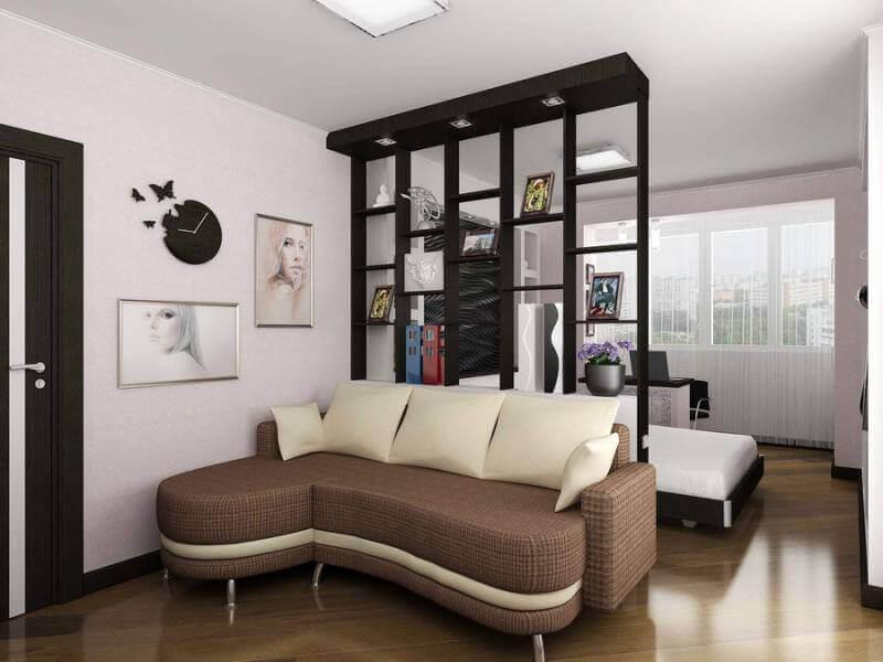 Черный стеллаж в гостиной площадью 18 кв м