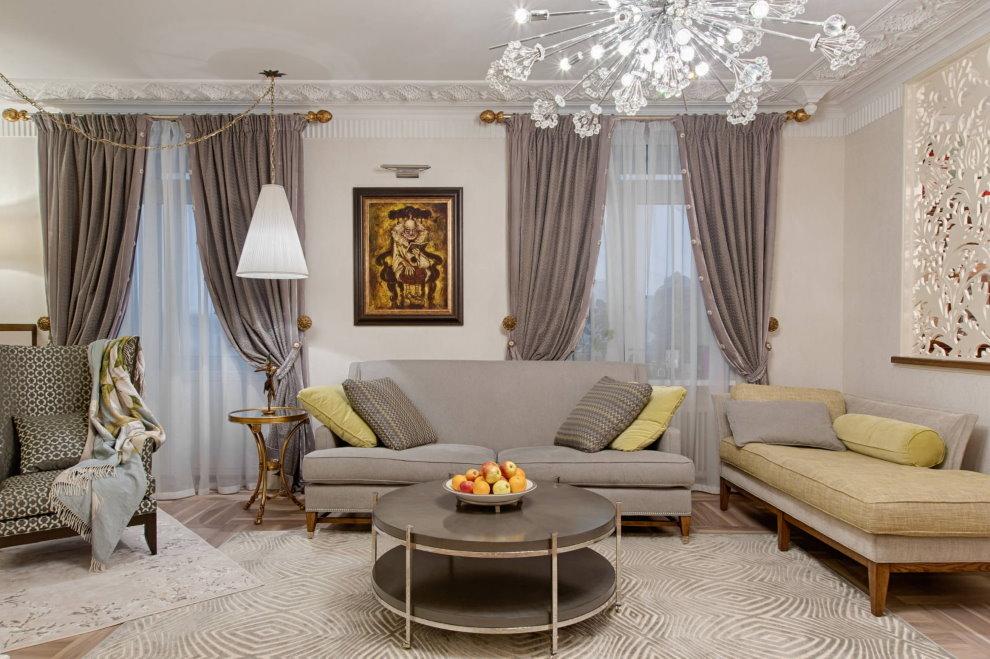 Хрустальная люстра в классической гостиной