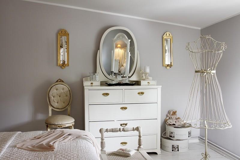 Зеркало на комоде в классической спальне