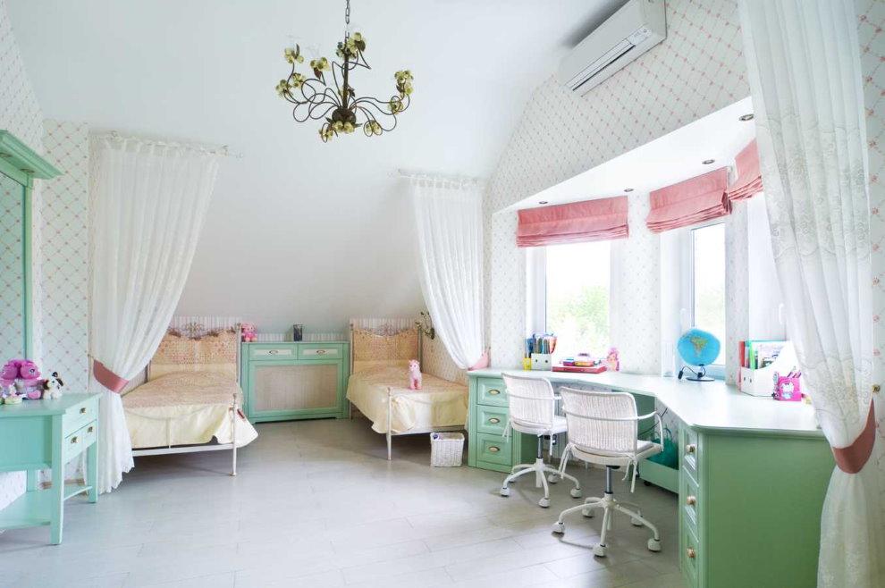 Розовые римские шторы в комнате для двух девочек