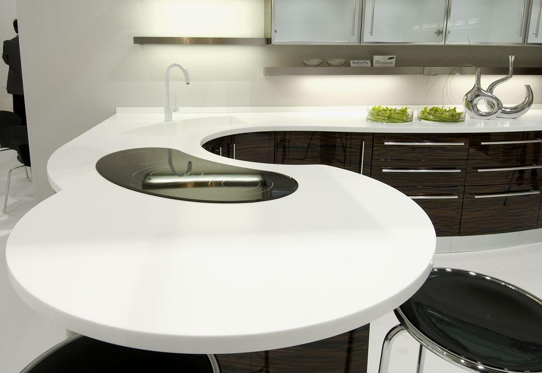 стол из акрила на кухне