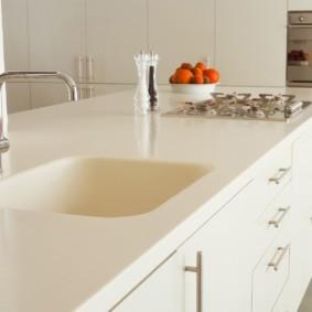 стол из искусственного камня на кухню оформление