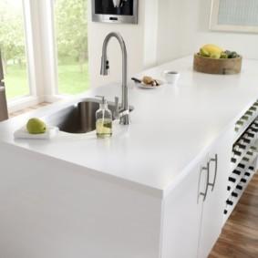 стол из искусственного камня на кухню виды