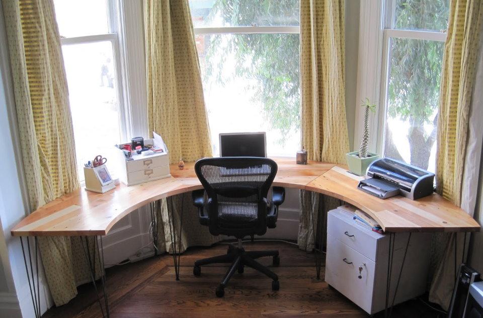 Рабочее место в эркере гостиной комнаты