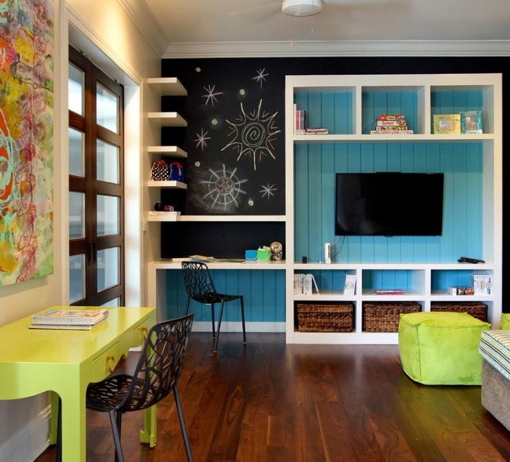 Рабочее место в комнате детей школьного возраста