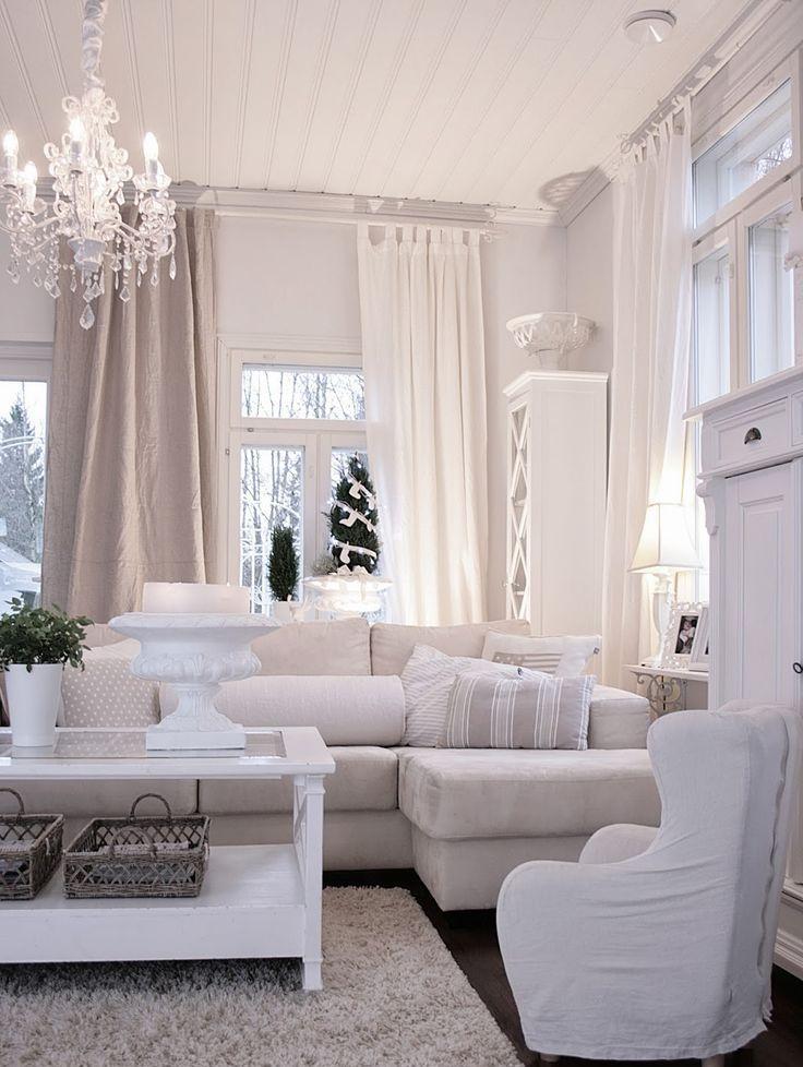 Освещение гостиной с белыми стенами