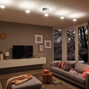 Линейное размещение светильников на потолке гостиной